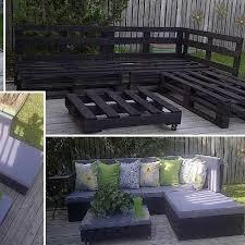hjrnesofa med chaiselong lavet af paller der har fet en gang sort trbeskyttelse og cheap outdoor furniture ideas