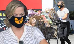 Amy Poehler wears a <b>Wu</b>-<b>Tang Clan</b> face mask as she loads up on ...
