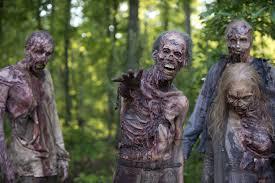 Zombies  corran por sus vidas escondanse y prepárense para esta guerra.