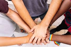 Руки группы людей разных национальностей с флагом флаг lgtb ...