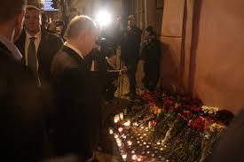 Ruslar terör saldırısında ölenler için karanfil bıraktı