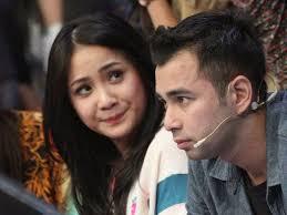 Kabar mengejutkan datang dari pasangan selebritis Nagita Slavina dan Raffi Ahmad yang katanya telah melangsungkan pertunangan diam – diam di Jepang. - Raffi-Ahmad-dan-Nagita-Slavina