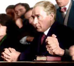 Atatürk gençlerle ders dinliyor