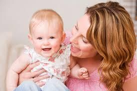 Resultado de imagem para imagens de mãe deitada com bebê menina