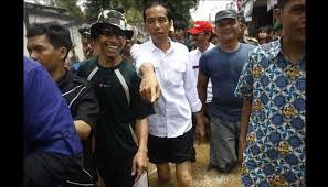 YOUTUBE JOKOWI & IRIANI KUNJUNGI KORBAN BANJIR Hujan Deras Jokowi Memberi Semangat Korban Banjir-Tim SAR