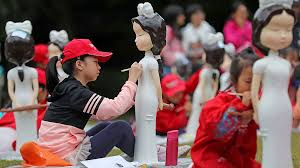 Students paint <b>traditional Chinese dress</b> 'Qipao' on dolls - CGTN