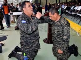 Resultado de imagen para policia de honduras orando