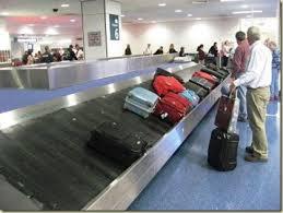 Passageiros na esteira rolante de aeroporto