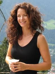 Pia Baresch in einer Drehpause 2 | Der Bergdoktor – Offizieller ... - SetM106