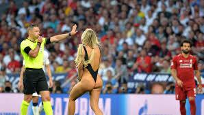 Вести.Ru: Полуголая <b>футбольная фанатка</b> лишилась страницы в ...