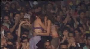 Resultado de imagem para jovens a beijarem-se