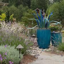 Большие горшки и декоративные <b>кашпо</b> в саду: 25 идей ...