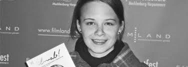 Zeitung in der Hand steht Jasna <b>Fritzi Bauer</b> vor mir, Hauptdarstellerin von <b>...</b> - 02_fritzibauer