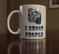 <b>I shoot people</b>. Coffee Mug with retro camera and saying. Travel ...