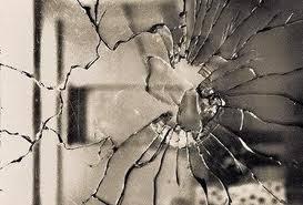 Resultado de imagem para jogar pedra na vidraça
