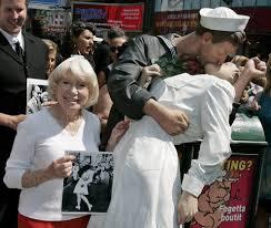 Risultati immagini per morto il marinaio del bacio a times square 2016