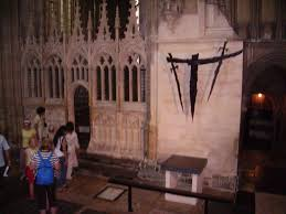 comparision of gothic cathedral architecture of england and europe altar marking the spot of thomas becket s martyrdom canterbury cathedral