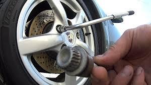 Как открутить секретные гайки на колесе автомобиля без ...