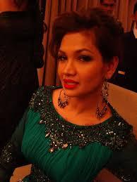 Kak Zarina Zainudin yang still meletup. Dress hijau yang ditempah daripada Zery Zamry ini memang mebuatkan hot momma ni nampak glamer habis! - 84