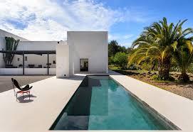Esterni Casa Dei Designer : Arredamento e stile minimal per una villa con piscina a ibiza