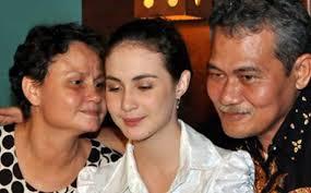 ... dengan ibundanya, Maria Lilian Pesch, sepertinya semakin tajam saja. - Arumi-dengan-kedua-orang-tuanya