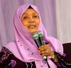 Hj.Farida Ubaya MA – kami biasa menyapa 'Eyang Farida' (67 thn) tetap produktif dengan berbagi keterampilan berkebun dengan terus memotivasi masyarakat ... - ibu-Farida
