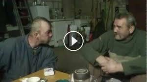 Pracownicy podczas lanczu rozmawiają na temat pracy w tartaku