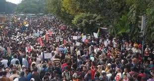 CAA protest: Chants of 'Inquilab', a <b>rose</b> for the <b>police</b> – protest ...