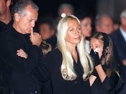 <b>Gianni Versace</b> left company to Donatella, other family: life story ...