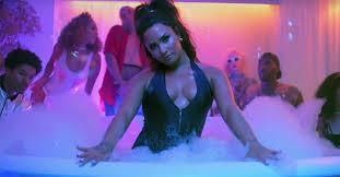 Demi Lovato : Sorry Not Sorry, une pool party géante avec des stars ...