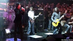 <b>Primal Scream</b> guitarist Robert 'Throb' Young dies - BBC News