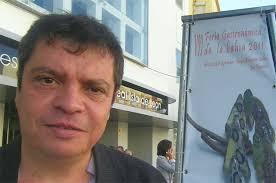 El gastrónomo y escritor Manolo Ruiz Torres. Foto: Cosas de Comé. - Manolo-Ruiz-Torres-con-cartel1