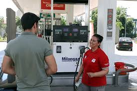 Edirne'de oğlunu okutmak isteyen anne benzincide çalışıyor