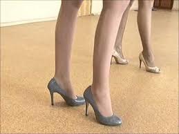 Как ходить на каблуках - YouTube