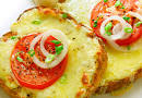 Горячий бутерброд с сыром и помидорами на сковороде