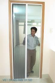 khung cửa nhôm có gắn lưới chống muỗi