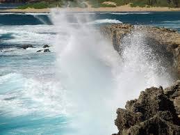 Resultado de imagem para mar batendo nas pedras