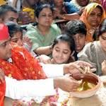 मथुरा साधना के संकेतः मां से मधुरता और चाचा से नजदीकी बढ़ाते दिखे अखिलेश