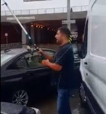 Alt geçitte balık tutmaya çalışan İstanbullu