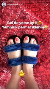 Özge Ulusoy ayaklarını paylaştı
