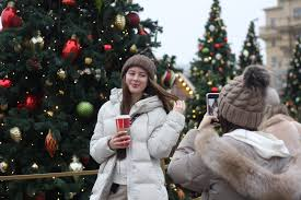 <b>Сказочный</b> лес и 20-метровый елочный <b>шар</b> - Москву украшают ...