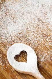 <b>Ложка отверстия</b> сердца на <b>деревянной</b> доске печенья Стоковое ...