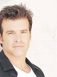 Le chanteur l'avait rencontré après son divorce de <b>Myriam St-Jean</b>, <b>...</b> - Roch_Voisine_Donut_300_400