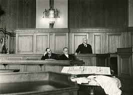 Walter Bahn. In der Mitte Rechtsanwalt Walter Bahn, rechts der Angeklagte Wilhelm Hintze. Der Bankier Wilhelm Hintze schoss am 23. - bahn01