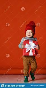 Портрет мальчика с помпоном удержание большой <b>подарочной</b> ...