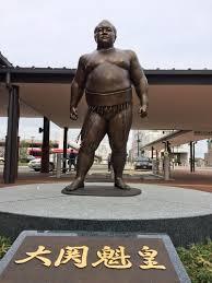 「JR直方駅前の元大関魁皇関の銅像」の画像検索結果