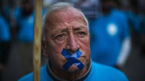 Brigitte Kramer 19. Dezember 2013, 14:30. Merken Drucken E-Mail. Ein Rentner protestiert am 17. Dezember vor dem Gericht in Barcelona. (Bild: Keystone / AP) - protest-madrid-original