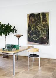 skrivebord og stol er udfrt i ask med stl af poul kjrholm maleriet af peter af home office