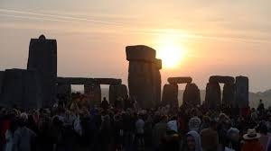 Summer solstice 2017: Stonehenge crowds as sun rises - BBC News