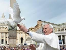 Resultado de imagem para papa francisco e a imagem de nossa senhora rainha da paz